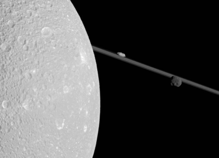 Диона закрывает правую часть изображения. Слева, на фоне колец, ближе к Дионе находится Прометей, а слева от него - Эпиметей. Фото NASA/JPL-Caltech/Space Science Institute
