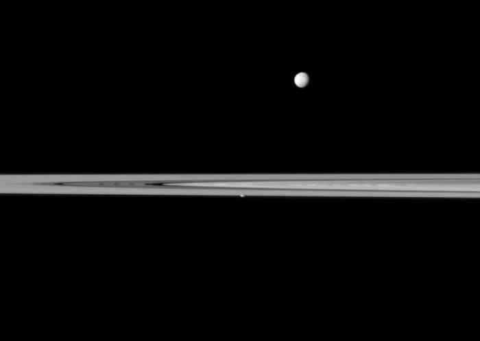 Мимас «парит» над кольцами Сатурна. Также можно увидеть пролетающий в плоскости колец Прометей. Фото NASA/JPL-Caltech/Space Science Institute