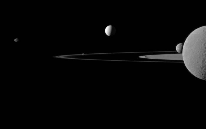Целая плеяда спутников Сатурна. Слева направо: Янус, Пандора, Энцелад, Мимас и Рея. Фото NASA/JPL-Caltech/Space Science Institute