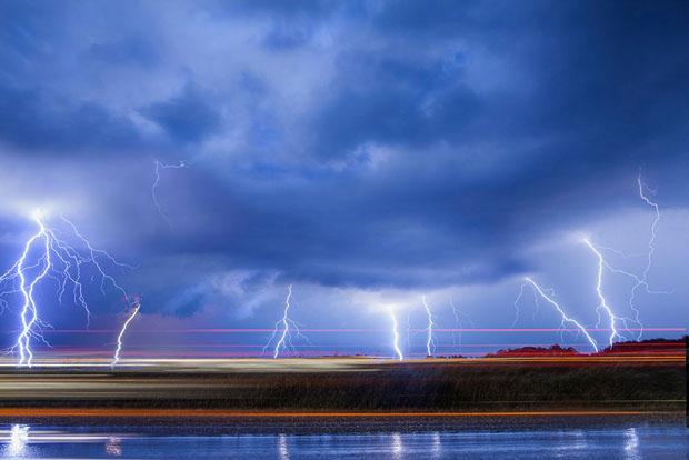 электрический разряд молнии